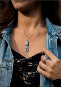 Modèle portant un collier de la marque Tribu Bohème idée de cadeau noël à offrir pour une femme