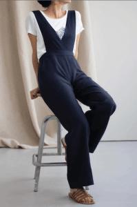 Modèle de salopette sur-mesure pour femme bleu marine de la marque C Bergamia à offrir pour un noël écolo et made in France