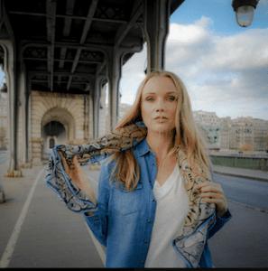Modèle femme portant un foulard Chaga Paris autour du cou idée cadeau pour femmes