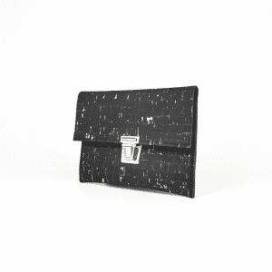 Pochette noir effet liège de la marque Atelier Inua à offrir pour fêter de manière éco-responsable Noël