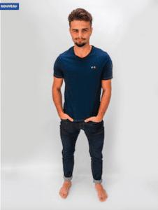Modèle homme portant le t-shirt bleu Les Castres de la marque Porte Etendard idées cadeau de noël pour homme