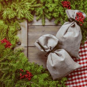 Photo de deux petits pochons fermés avec de la ficelle afin d'emballer ses cadeau de façon éco-responsable