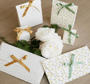 Selection d'enveloppes, pochettes et boites en carton en divers coloris et avec un joli ruban de la marque Les Belles Musettes alternative pour emballer ses cadeaux de façon éco-responsable