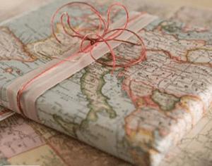 Découvrez comment emballer ses cadeaux avec du papier éco-responsable comme une carte routière et un joli ruban rose